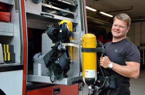 <p>25. Juli: Sechs Atemschutzgeräte vom Typ BD 95 wartet und pflegt Atemschutzwart Jan Müller bei der Freiwilligen Feuerwehr Zschopau. Für die Geräte produziert der Hersteller bald keine Ersatzteile mehr, die Anschaffung neuer Geräte ist nötig, kann in Zschopau aber erst im Jahr 2018 erfolgen.</p>