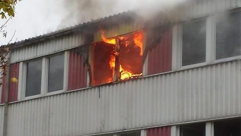 <p>29. Oktober: Das Feuer im Asylbewerberheim im Drebacher Ortsteil Spinnerei bricht in einem Zimmer der zweiten Etage aus. Der 24-jährige Bewohner versucht, sich mit einem Sprung aus dem Fenster zu retten. Dabei zieht er sich Verletzungen zu. Das Feuer löst einen Großeinsatz von Rettungskräften aus. Demnächst soll das Haus für Flüchtlingsfamilien wieder hergerichtet werden.</p>