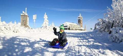 <p>14. November: Sichtlich Spaß hat Max aus Neudorf auf dem Fichtelberg. Bei Temperaturen, die deutlich im Minusbereich liegen, genießt er bei strahlender Wintersonne den ersten Schnee bei einer Schlittenfahrt. Auch zahlreiche andere Besucher finden den Weg auf den Gipfel, sei es zum Rodeln, für Langlauf oder einfach nur, um die gute Aussicht zu nutzen. Leider hält die weiße Pracht nicht lange an, nur wenige Tage später geht der Schnee in Regen über.</p>