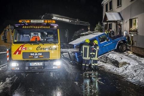 <p>1. Dezember: Diese Nacht werden die Hausbewohner an der Großolbersdorfer Straße in Scharfenstein so schnell nicht vergessen: Als sie nach einem Knall nach draußen schauten, stand ein Jeep vor der Tür. Das Fahrzeug war ins Rutschen gekommen und ins Grundstück gedüst. Dabei faltete es drei Zaunsfelder zusammen und krachte in die Fassade. Nicht der einzige Unfall in jener Nacht.</p>