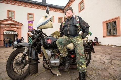 <p>9. Januar: Zum traditionsreichen Motorradtreffen auf Schloss Augustusburg kam auch Reik Schmidt (38) aus Schmölln mit seiner Dnepr MT 16 Baujahr 1978. Er ist mit seinem Motorrad schon rund 110.000 Kilometer gefahren und ließ sich seine 13. Teilnahme am kultigen Wintertreffen nicht nehmen.</p>