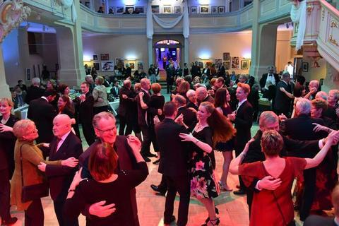 """<p>1. Februar: Rund 1300 Gäste haben sich beim Bühnenball des Mittelsächsischen Theaters auf eine intergalaktische Reise mitnehmen lassen. Unter dem Motto """"Ball im All"""" kamen Fans von Science-Fiction voll auf ihre Kosten. Wobei das breite Programm letztendlich für jeden Geschmack etwas bot – von der Opernarie über Operettenmelodien und Coversongs bis zum Kabarettprogramm.</p>"""