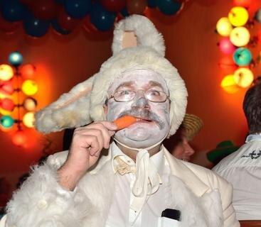 <p>12. Februar: 300 Gäste haben sich beim politischen Aschermittwoch in Penig köstlich amüsiert. Der Peniger Stadtrat Mario Stein präsentierte sich als weißer Hase und hatte damit einen tierischen Auftritt. Die Büttenredner waren hingegen weniger flauschig. Sie schossen scharf gegen die lokale Prominenz. Das Landratsamt zeigte sich als Götterdreigestirn: Landrat Matthias Damm als Zeus, Beigeordneter Lothar Beier als Poseidon und Beigeordneter Jörg Höllmüller als Hades. Landrat Damm bewies an diesem Abend seine Dichtkunst.</p>