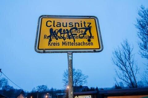 """<p>22. Februar: Das Thema, das die Deutschen in den vergangenen Monaten am meisten beschäftigt hat, sorgte auch in Mittelsachsen für Gesprächsstoff und Schlagzeilen. Der traurige Höhepunkt: Mehrere Dutzend Menschen umringten am 19. Februar einen ankommenden Flüchtlingsbus und riefen: """"Wir sind das Volk!"""" Sie versetzten Flüchtlinge in Angst und Schrecken. Ein Video der Tat verbreitete sich rasend schnell im Internet und verhalf dem kleinen Ort bundesweit zu trauriger Berühmtheit. Ab 21. März wird das Geschehen am Amtsgericht Freiberg verhandelt. Drei Angeklagten wird vorgeworfen, die Straße mit ihren Fahrzeugen blockiert zu haben.</p>"""
