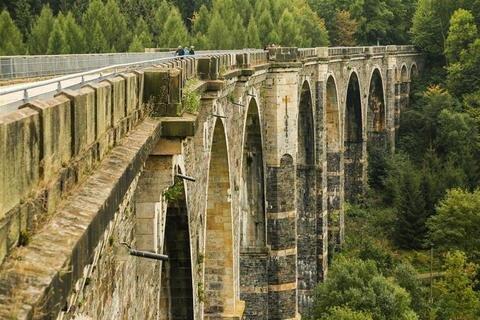 <p>17. März: Die aufwendige Sanierung des 150 Jahre alten Bauwerks – des Hetzdorfer Viadukts – beginnt. Nötig ist sie, weil das Mauerwerk feucht geworden war. Das Viadukt ist vor 24 Jahren für den Bahnverkehr stillgelegt worden.</p>