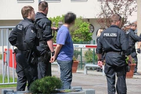 <p>6. Mai: Eine Auseinandersetzung auf offener Straße sorgte am Himmelfahrtstag in Frankenberg für Schrecken und Festnahmen. In einem Video hatte ein Augenzeuge festgehalten, wie es auf der Schloßstraße zu einer Schlägerei zwischen Deutschen, Niederländern und Kroaten kam. Dabei waren sechs Personen verletzt worden. Ein junger Mann kroatischer Abstammung mit niederländischer Staatsbürgerschaft soll zudem zwei deutsche Männer mit dem Auto angefahren haben. Gegen den Fahrer ist mittlerweile Anklage wegen gefährlichen Eingriffs in den Straßenverkehr erhoben worden. Der Verhandlungstermin vor dem Döbelner Schöffengericht ist für den 12. Januar angesetzt.</p>