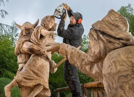 """<p>17. Mai: Filigrane Arbeiten sind auch mit der Kettensäge möglich: Das haben rund 30 Künstler einmal mehr in """"Blockhausen"""" bei Dorfchemnitz (Mittelsachsen) bewiesen. Das Thema des diesjährigen Wettbewerbs: """"Wikinger überfallen ein englisches Dorf"""". Der englische Künstler Simon O' Rourke, der Einzel-Weltmeister wurde, schuf eine Skulpturengruppe, in der ein Nordmann ein junges Mädchen mit sich reißt. Verzweifelt versucht sie noch, die rettende Hand zu erreichen. Aber der Wikinger hat sie fest im Griff. Andere Szenen zeigten ebenso grausige Motive. Doch auch Werke wie ein großes Drachenboot konnten die Besucher bewundern, die trotz des Regenwetters zu Tausenden ins Erzgebirge geströmt waren.</p>"""