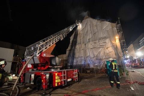 <p>1. Juli: Gleich zwei Mal innerhalb von zwei Wochen loderten in einem Mehrfamilienhaus an der Freiberger Straße in Frankenberg die Flammen. Wie der Einsatzleiter der Feuerwehr vor Ort mitteilte, brannte es nun im Dachstuhl. Das einsturzgefährdete Gebäude, das offenbar keinen Besitzer hat und unter Zwangsverwaltung steht, wurde mittlerweile bis auf das erste Geschoss abgerissen.</p>
