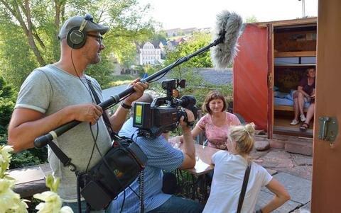 <p>11. Juli: Weit mehr als 1000 Touristen haben in den beiden Kofferhotels in Lunzenau, kurz Kofftel genannt, schon übernachtet. Kein Wunder, dass schon etliche Zeitungen und TV-Sender über die beiden Bungalows in Form eines Koffers und den Einfallsreichtum des Besitzers Matthias Lehmann berichteten. Auch das ZDF-Morgenmagazin war für Dreharbeiten nach Lunzenau gekommen: Tontechniker Uli Vollmer, Kameramann Matthias Eichhorn und Redakteurin Franziska Wunderlich interviewten Übernachtungsgast Elke Ullmann.</p>