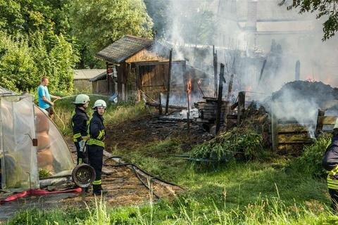 <p>19. Juli: Für Beobachter und Betroffene des Großbrandes auf einem Grundstück nahe der B 173 in Flöha ein seltsames Bild: Während das Feuer in Schuppen und Lauben um sich schlägt, stehen Feuerwehrleute zur Untätigkeit verurteilt daneben und warten. Und zwar auf Wasser. Jens Felgner, dessen Gärtnerei sich unmittelbar neben der Brandstelle befindet, hatte da schon zum eigenen Gartenschlauch gegriffen und versucht, die Flammen zu bändigen. Die Feuerwehrleute benötigten einige Minuten, einen Hydrantendeckel auf der Bundesstraße zu öffnen. Erst nachdem dies mit roher Gewalt gelang, konnten die Löscharbeiten so richtig beginnen.</p>