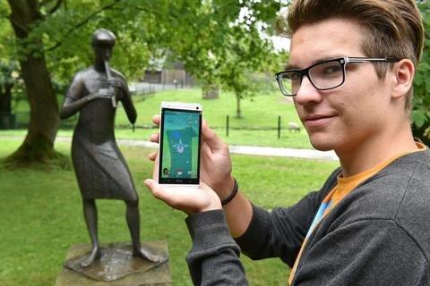 """<p>3. August: Das Handy-Spiel """"Pokémon Go"""" eroberte 2016 die ganze Welt, junge Menschen rannten nur noch mit Blick auf ihre Handys durch die Gegend, um virtuelle Gestalten zu fangen und sich in sogenannten Arenen erbitterte Kämpfe zu liefern. Auch in Mittelsachsen hatten die Programmierer überall Pokémons versteckt, die<br /> Euphorie schien grenzenlos. So entdeckte auch Max Heinrich im Freiberger Tierpark an der Flötenspielerin von Gottfried Kohl eine sogenannte Arena, in der er sich mit anderen Pokémon-Fans messen konnte.</p>  <p>&nbsp;</p>"""