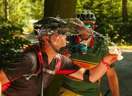 """<p>29. August: Trotz Temperaturen von über 30 Grad Celsius haben sich 168 Radfahrer an der 8. Auflage des Freiberger Fahrrad-Zickzack (FFZ) beteiligt. Das ist die zweitgrößte Teilnehmerzahl in der Geschichte des von der """"Freien Presse"""" organisierten Wettbewerbs. Nur im vergangenen Jahr waren noch mehr Radler unterwegs. Die tapferen Pedalritter gingen an einem der heißesten Tage des Jahres kreuz und quer durch die Bergstadt auf die Jagd nach den sogenannten Pneuros. An fünf der zwölf Stationen wurden Wasserflaschen bereitgehalten, mit denen die Fahrradfahrer ihren Durst löschen konnten. Auch Teilnehmer Tino Rudolph (im Bild) gönnte sich eine verdiente Erfrischung. Für die Pneuro-Jagd hatten die Radfahrer drei Stunden Zeit. Sieger und Teilnehmer feierten abends gemeinsam im Schlosshof.</p>"""