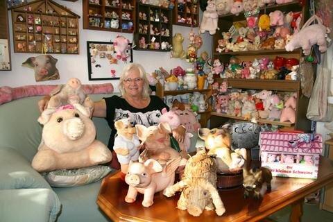 """<p>21. September: Riesen-Schweinerei: Die Oederanerin Anneli Nimser sammelte in ihrem Büro Schweinchen aller Art. Sie musste ihre Sammlung aufgeben und suchte mit Hilfe der """"Freien Presse"""" neue Besitzer. Daraus wurde eine erfolgreiche Spendenaktion.</p>"""