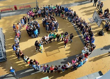 """<p>30. September: Einen traurigen Smiley bildeten die Schüler der Hainichener Oberschule auf dem Schulhof. Mit diesem Foto<br /> beteiligten sich die Hainichener am landesweiten Aktionstag unter dem Motto """"Bildet die Rettung – Rettet die Bildung!""""</p>"""