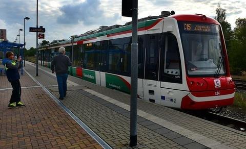 <p>11. Oktober: Mit der Ankunft der ersten Bahn des Chemnitzer Modells am Hainichener Bahnhof wurde nun nach Mittweida auch die Gellertstadt an die Chemnitzer Innenstadt angebunden. Der Verkehrsverbund Mittelsachsen (VMS) hatte das Projekt seit Jahren vorbereitet. 2009 begannen Umbauarbeiten am Straßenbahnnetz in Chemnitz und am Hauptbahnhof. Fahrzeuge für 42,8 Millionen Euro wurden angeschafft. Diese können sowohl auf Eisen- als auch auf Straßenbahnschienen fahren und im Umland- und im Stadtverkehr eingesetzt werden.</p>