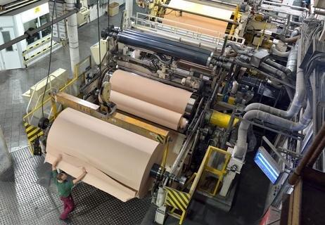 """<p>12. Oktober: Der Peniger Spezialpapierhersteller Technocell ist auf Erfolgskurs und kündigte an, im kommenden Jahr die Produktion weiter hochzufahren. Statt an 330 Tagen läuft dann an 350 Tagen die Papiermaschine – und das rund um die Uhr. """"Die Auftragslage ist gut"""", begründete der Werkleiter der Papierfabrik, Reinhard Geißler, diesen Schritt. Den Penigern spielte dabei nicht nur die konjunkturell gute Lage in der Baubranche in die Hände, sondern auch die positive Entwicklung in der Möbelindustrie. Für beide Branchen fertigt das zur Felix Schoeller Gruppe aus Osnabrück gehörende Werk Spezialpapiere. Zurzeit verlassen davon circa 25.000 Tonnen den Standort. 2017 rechnet Geißler mit 28.000 Tonnen.</p>"""