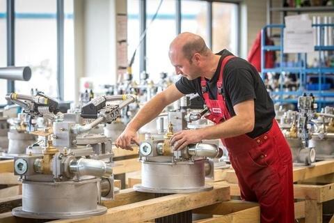 <p>26. Oktober: Mit der Herstellung von Industriebrennern hat sich die Oederaner Firma Noxmat in den vergangenen acht Jahren einen Namen gemacht. In dieser Zeit konnte das Unternehmen seinen Umsatz verdoppeln. Geschäftspartner aus der ganzen Welt waren im Stammsitz zu Gast, um sich fortzubilden und die Arbeit im Oederaner Unternehmen kennenzulernen. Hier im Bild Monteur Jens Hetze an einem Industriebrenner in der Montagehalle.</p>