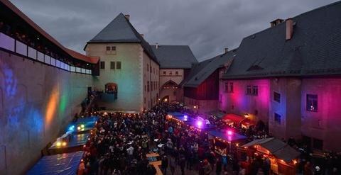 <p>12. Dezember: Trotz durchwachsenen Wetters strömten Menschenmassen nach Rochlitz, um im einzigartigen Ambiente der mittelalterlichen Anlage eine Premiere zu feiern. Die jahrhundertealten Mauern wurden in bunte Farben getaucht. Im von Menschen gefüllten Innenhof duftete es nach Glühwein und Gebäck: Schlossweihnacht in Rochlitz, das erste Mal überhaupt. Und tausende Gäste wollten die urige Weihnachtsstimmung gemeinsam erleben. Die Mischung aus Kultur und historischer Kulisse erwies sich augenscheinlich als das Zugpferd. Dichtes Gedränge herrschte genauso im Tafelsaal und im Erdgeschoss des Südflügels. Organisator Nando Sonnenschmidt schätzte die Besucherzahl am Abend auf mindestens 2500.</p>