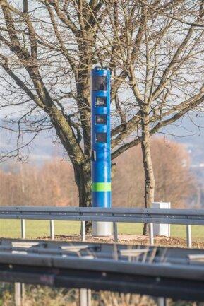 <p>17. Dezember: Seit Beginn des Monats steht an der B 173 zwischen Chemnitz und Niederwiesa die neue und im Freistaat Sachsen erste Maut-Kontrollstation für Bundesstraßen. Die blaue Säule ähnelt aber Superblitzern, wie an der Zwickauer Straße in Chemnitz, so sehr, dass Autofahrer auch auf der B 173 teils sehr stark abbremsen und den nachfolgenden Verkehr gefährden. Zumindest habe es aber bislang noch keine Unfälle deswegen gegeben, so die Polizei.</p>
