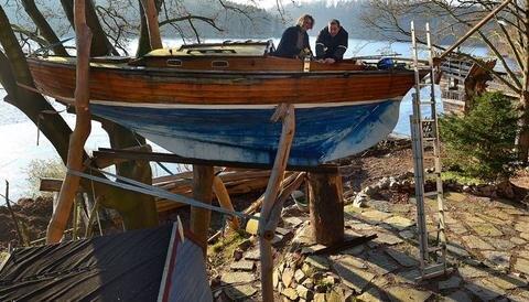 <p>20. Dezember: Knapp 1000 Gäste übernachteten in diesem Jahr hoch oben im Baumhaus-Hotel über der Talsperre Kriebstein. 2017 wartet die Herberge mit einer neuen Attraktion auf. Der Hotel-Gründer Steffen Mäding (l.) und sein Mitarbeiter Toni Rumpelt richten dieses finnische Segelboot, Baujahr 1953, für künftige Gäste her, die ab Frühjahr in der Kajüte übernachten können.</p>