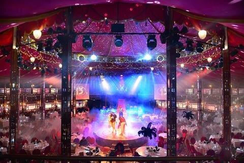 """<p>22. Dezember: Roter Samt auf Bänken und Stühlen, kunstvoll gestaltete Holzstreben vor verspiegelter Wandverkleidung und verzierte Lampen, die den Raum in warmes Licht tauchen – wer die """"Queen of Flanders"""", ein großes Zelt, betritt, taucht ein in eine Atmosphäre historischer Eleganz. Hinter schweren Vorhängen am Eingang verbirgt sich ein vornehmer Art-déco-Spiegelsaal. Bei der Suche nach<br /> einem außergewöhnlichen Ambiente für die 150-Jahr-Feier wurde die Mittweidaer Hochschule in Belgien fündig. Denn das Zelt wird seit Monaten rund um die Welt geschickt und als Veranstaltungsort vermietet. Im Mai sollen nun die Mittweidaer darin vier Tage lang feiern.</p>"""