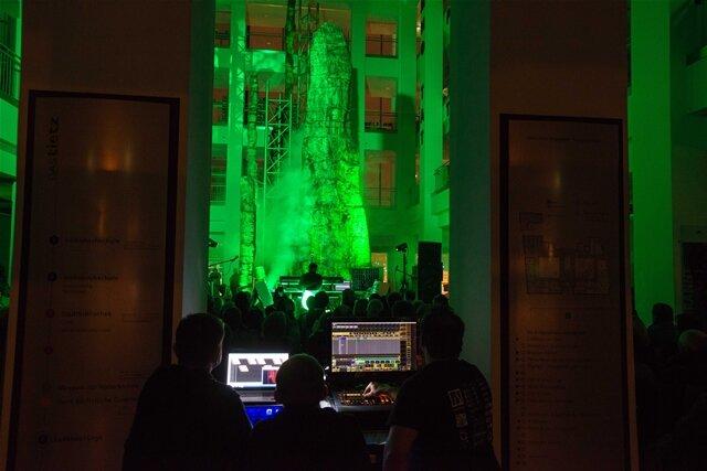 <p>Das Spektakel des Wellenvorm-Konzerts wurde filmisch festgehalten und von den Schneeberger Designern in ein künstlerisches Video überführt, das für den Versteinerten Wald werben soll.</p>