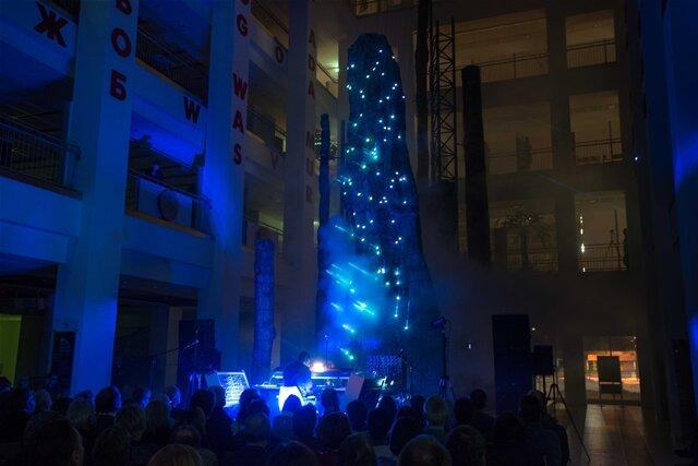 <p>Speziell für dieses Konzert haben sich Studenten und Mitarbeiter der Fakultät Angewandte Kunst Schneeberg um Designprofessor Jochen Voigt ein außergewöhnliches, künstlerisches Lichtkonzept ausgedacht.</p>