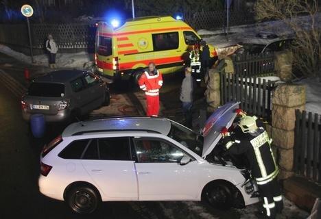 <p>Ein Skoda landete an einer Stützmauer, der andere wurde in die Mitte der Kreuzung geschoben.</p>