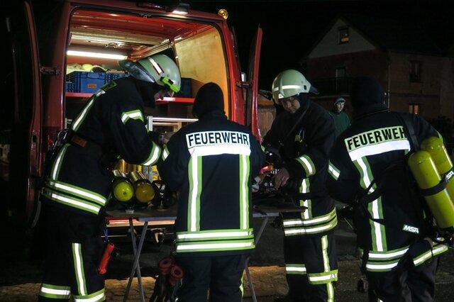 <p>Die Feuerwehrleute konnten die Flammen schnell löschen.</p>