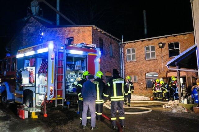 <p>In einem Firmengebäude war ein Holzhaufen neben einem Heizkessel in Brand geraten.</p>