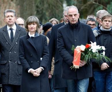 <p>Vertreter der Stadt und Bürger erinnerten auf dem Städtischen Friedhof an die Opfer der Bombardierung von Chemnitz.</p>