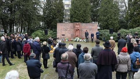 <p>Rund 150 Menschen nahmen daran teil. Oberbürgermeisterin Barbara Ludwig sagte, der Frieden sei heute nicht mehr so selbstverständlich wie noch vor einigen Jahren.</p>