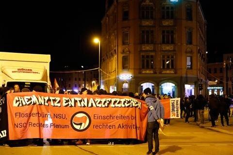 <p>Rund 500 Menschen beteiligten sich am Abend an einer Demo des Bündnisses Chemnitz Nazifrei.</p>
