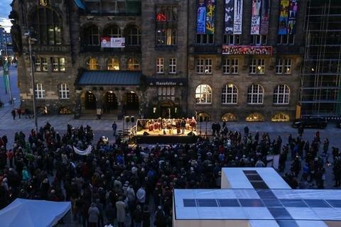 <p>Vor dem Rathaus endete der von vier Kirchen ausgehende Friedensweg. Im Friedenskreuz konnten Gäste ihre Friedenswünsche hinterlassen.</p>