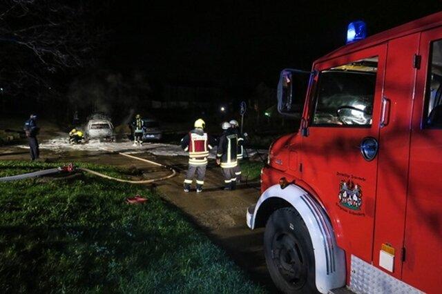 <p>Feuerwehren aus Schneeberg waren mit 5 Fahrzeugen und 23 Einsatzkräften im Einsatz. Da Brandstiftung nicht auszuschließen ist, hat die Kriminalpolizei die Ermittlungen aufgenommen und Brandursachenermittler eingesetzt.</p>