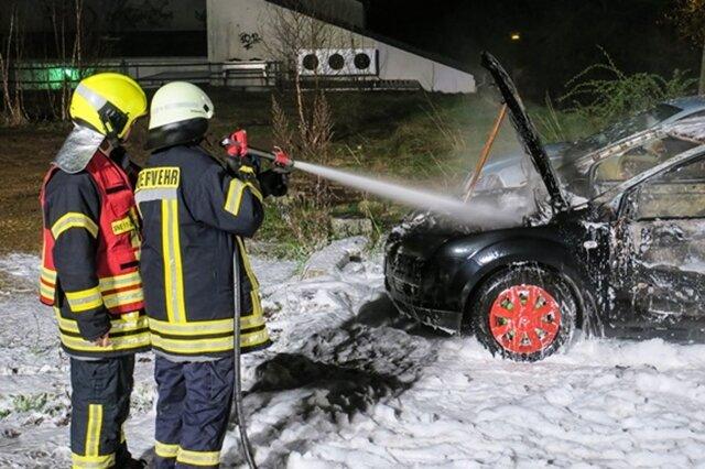 <p>Zwei im Nahbereich abgestellt Fahrzeuge, ein VW Caddy sowie ein Seat Ibiza, wurden ebenfalls durch das Feuer beschädigt.</p>