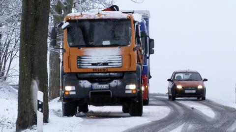 <p>Wie ein Lasterfahrer berichtete, war es so glatt, dass die Fahrzeuge weder bergauf noch bergab fahren konnten.</p>