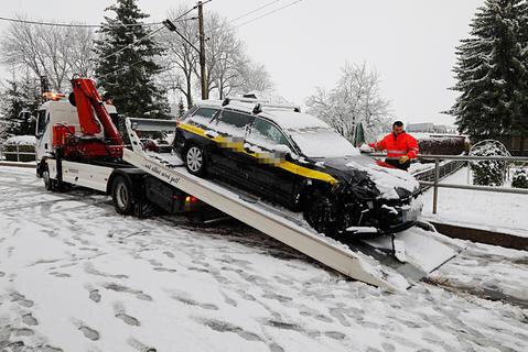 <p>Auf der schneeglatten Oberen Hauptstraße in Wittgensdorf waren ein Volvo und ein VW kollidiert.</p>