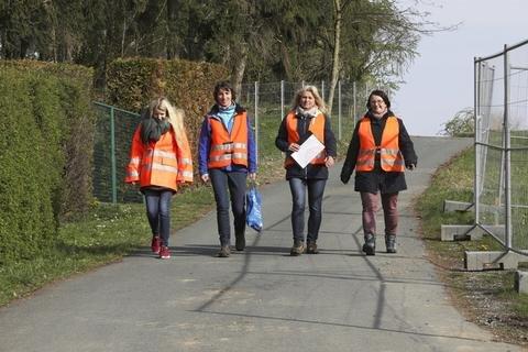<p>Mitarbeiter informierten Betroffene über die bevorstehende Evakuierung.</p>