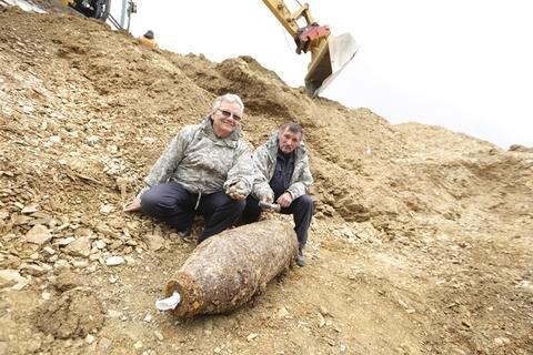 """<p>Joachim Auerswald und Hans-Peter Schmidt vom Kampfmittelbeseitigungsdienst brauchten 30 Minuten, um die 250-Kilo-Bombe zu entschärfen. Sie lag 72 Jahre auf dem Gelände des neuen Wohngebiets """"An der Eiche"""".</p>"""