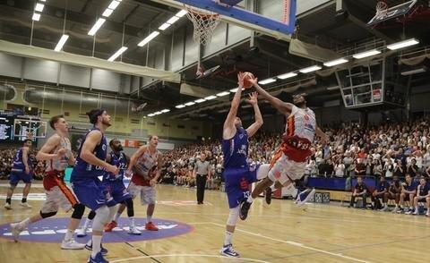 <p>Niners-Spieler Joe Lawson gegen Gothaer Konkurrenten</p>