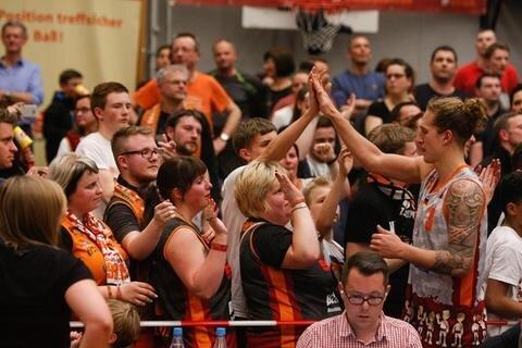 <p>Fans mit Malte Ziegenhagen nach dem Spiel</p>