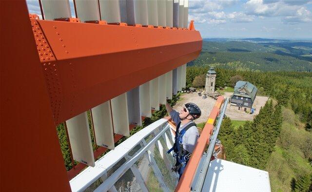 <p>Dabei steigt Ludwig bis in eine Höhe von 42 Meter. Der Radarturm überragt den 18 Meter hohen Auersberg-Aussichtsturm aus dem Jahr 1860 um ein Vielfaches.</p>