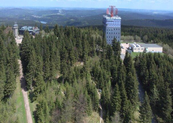 <p>Links der Aussichtsturm auf dem Auersberg, rechts die Radaranlage.</p>
