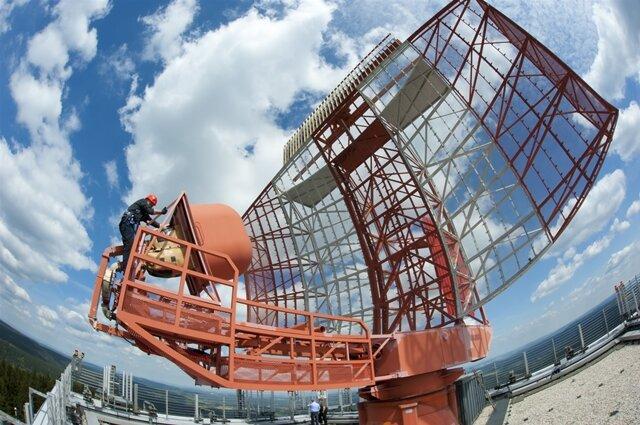 <p>Ein Windsack schützt das Wetterradarsystem. Er wird auf Risse untersucht.</p>