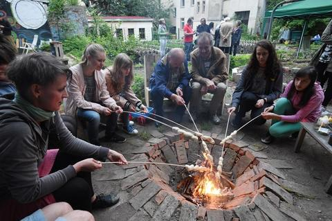 """<p>In den Sonnenberg Gärten konnten dann alle Gäste gemeinsam """"Knüppelkuchen"""" machen.</p>"""