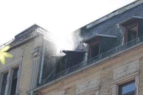 <p>Das Feuer griff am Morgen auf den Dachstuhl des Mehrfamilienhauses über.</p>