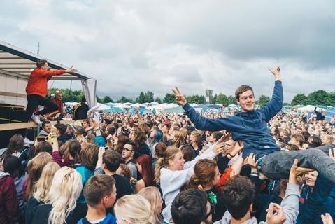 <p>Kraftklub weckte die Festival-Teilnehmer am Samstag mit einem Konzert...</p>