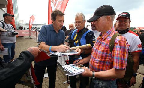 <p>Freddi Spencer, dreifacher Weltmeister aus den USA, gab seinen Fans am Sachsenring Autogramme.</p>