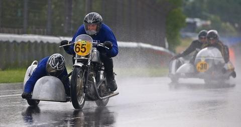 <p>Seitenwagenfahrer sind die härtesten! Bei strömenden Regen sind sie am Freitag auf die Strecke gegangen. Ingmar Kindermann war mit Beifahrerin Mandy Badstübner aus Kirschau auf einer NSU OSL mit Baujahr 1939 unterwegs.</p>